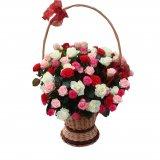 Kosz wypełniony różami