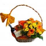 Koszyk kwiatowy ze smakołykami.